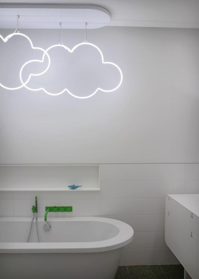 aménagement petite salle de bain de style scandinave, déco salle d'eau aux murs blancs avec baignoire et niche murale