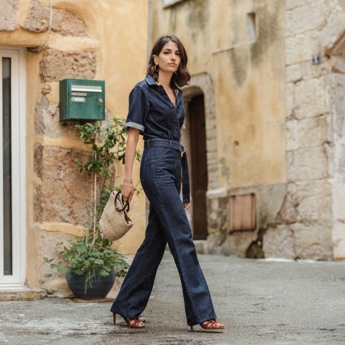 idée comment porter une combinaison en denim foncé ceinturée avec sandales à talons marron, exemple de tenue année 70
