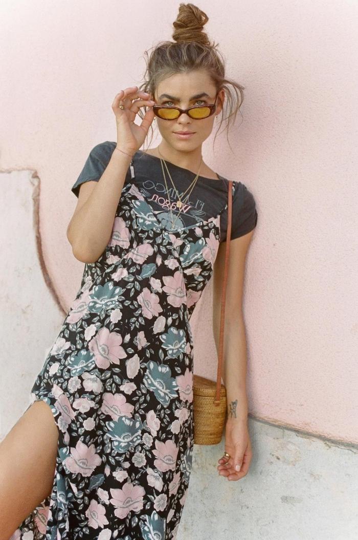 idée look femme d'été en robe année 70 longue de couleur noire à design fleuri combinée avec t-shirt noire et sac panier
