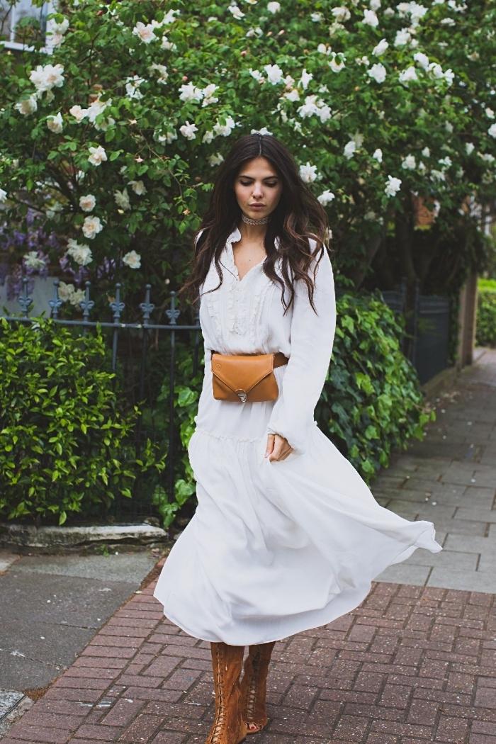 avec quoi porter une robe longue hiver, modèle de robe blanche accessoirisée avec sac banane de couleur camel