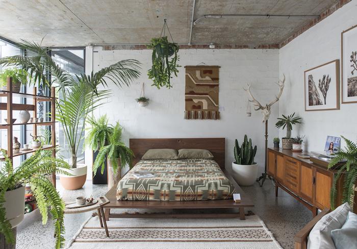 Lit double avec linge tribal motif, grand plante pour chambre, quelle est la meilleure plante d'intérieur