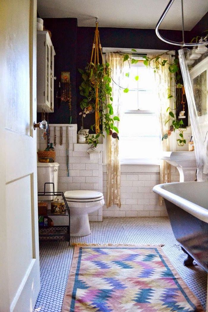 Bohème salle de bain tendance, renouvellement sans réparer avec déco tapis coloré, plantes vertes
