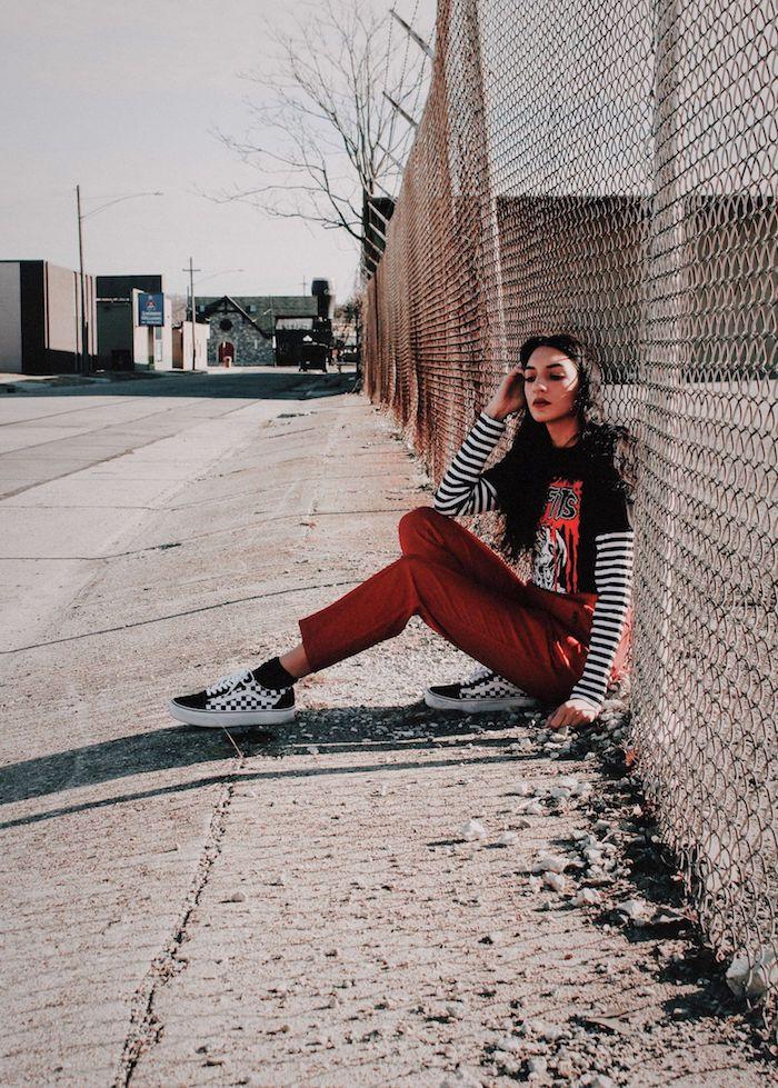 Fille jean coloré et vans tenue année 90 les tendances qui se répètent aujourd'hui, jean rouge, top rayé et t-shirt en haut