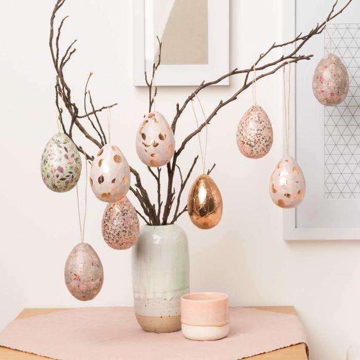 idée de decoration paques facile avec branches et oeufs décoré en rose gold et rose pastel dans un vase couleurs pastel