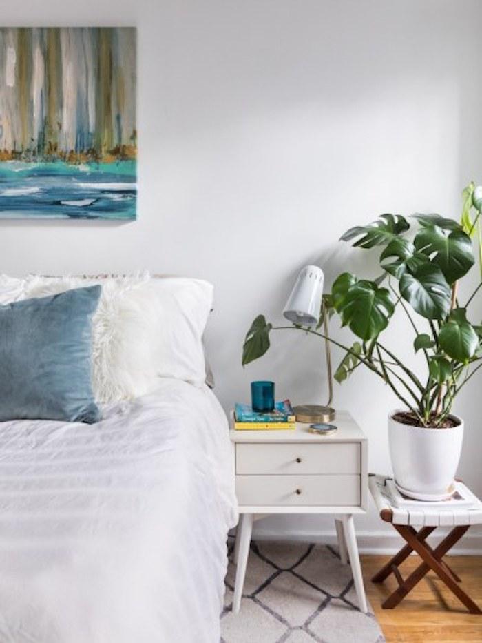 Petit plante près de la table de chevet retro style, plante d'intérieur, comment décorer sa chambre style bohème chic