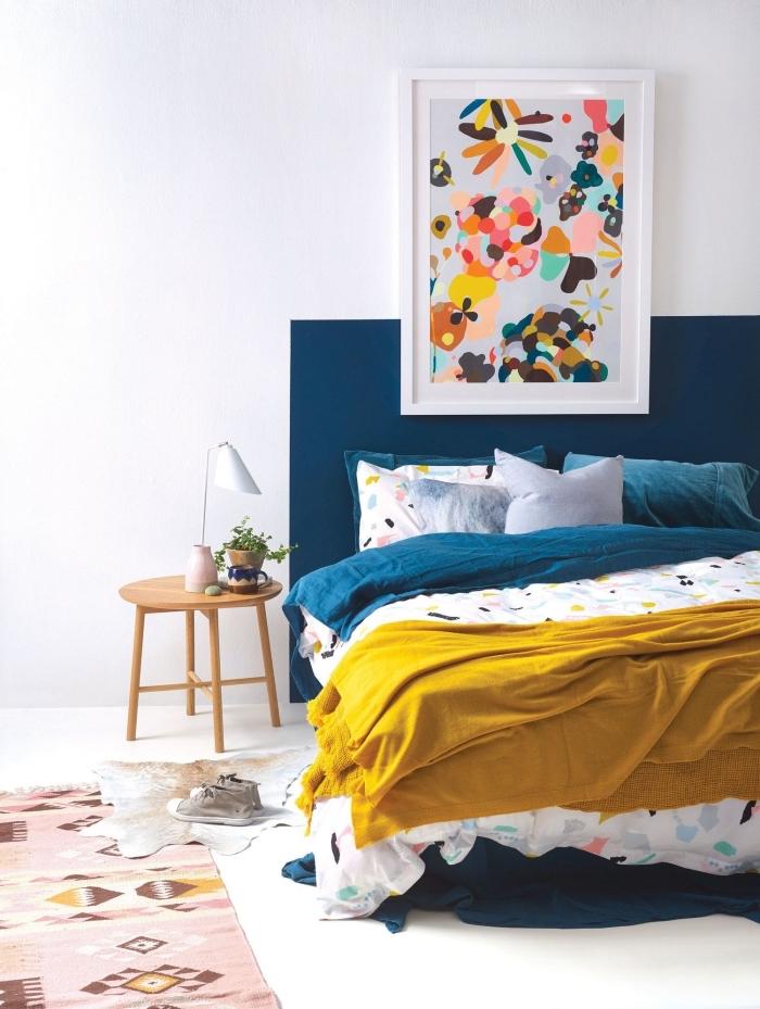 design chambre moderne aménagée avec meubles bois et décorée avec accents en couleurs tendance jaune et bleu, faire une tete de lit de couleur bleue