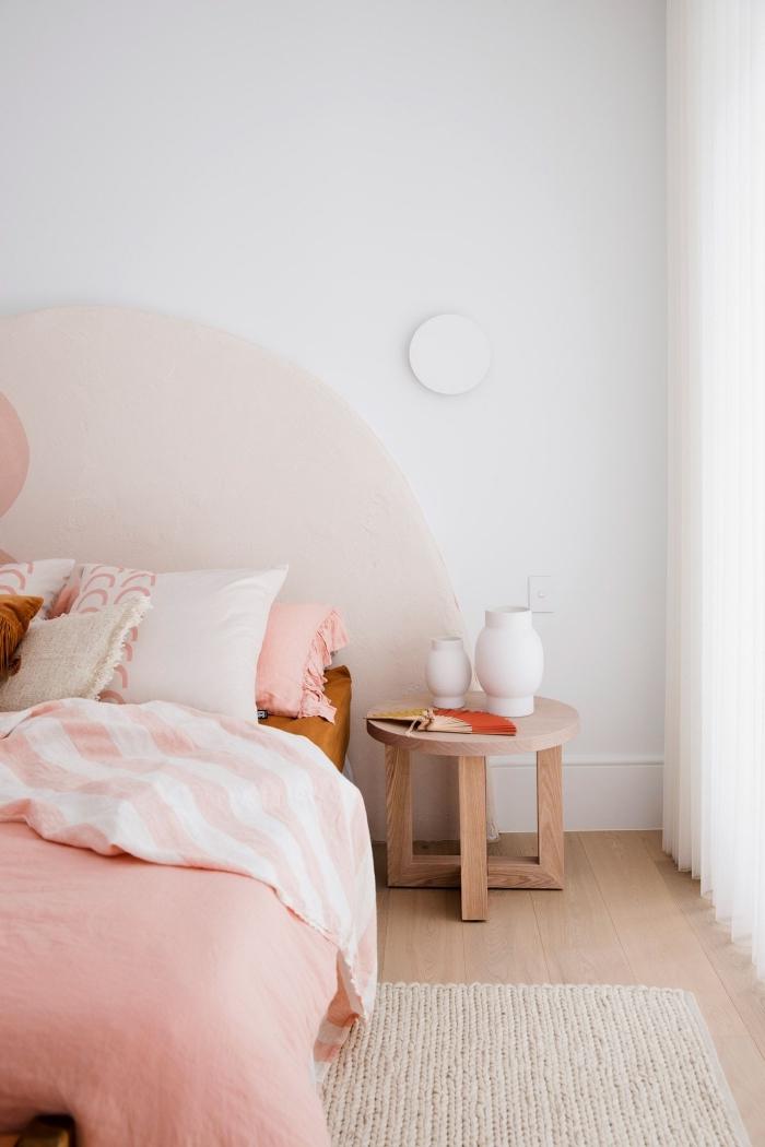 comment faire une tete de lit en peinture rose pastel, décoration pièce fille avec meubles bois et accents roses