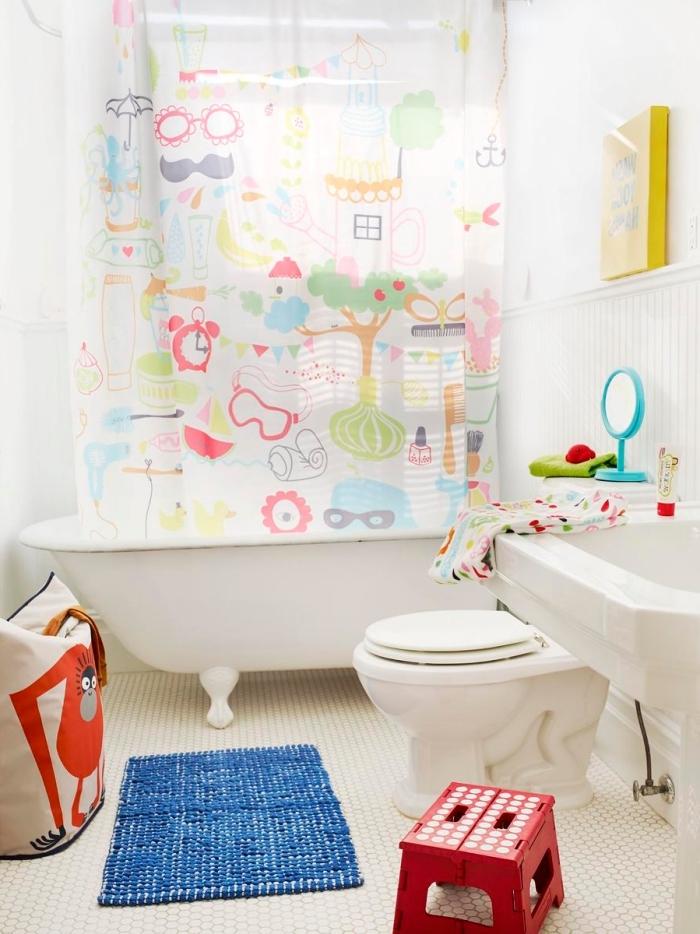 idée deco salle de bain enfant à petit espace, aménagement petite salle d'eau blanche avec accessoires colorés