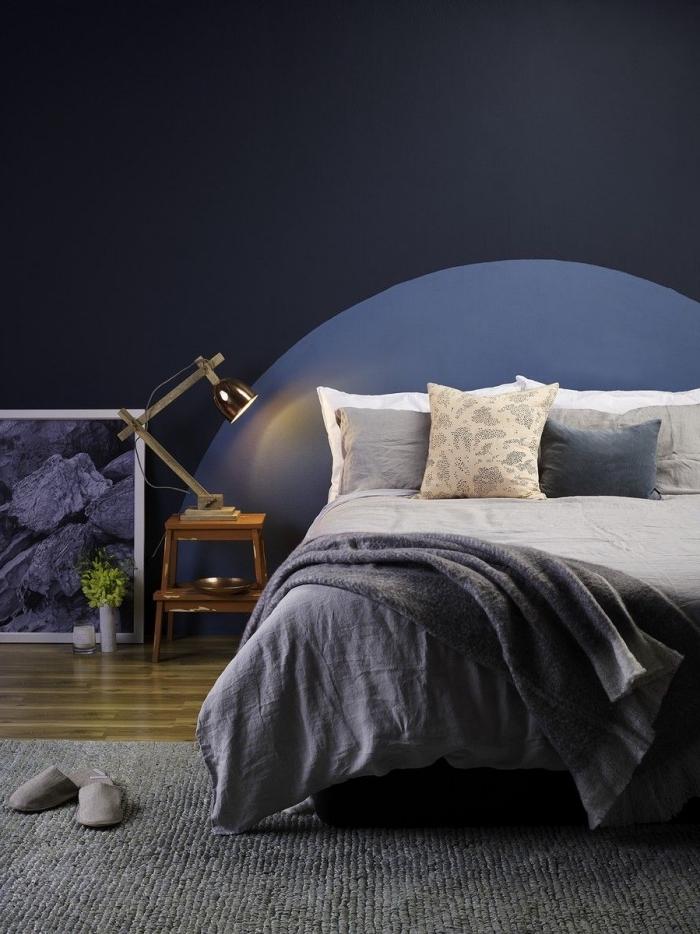 quelle peinture mur chambre tendance 2020, design chambre contemporain aux murs foncés avec tête de lit en bleu