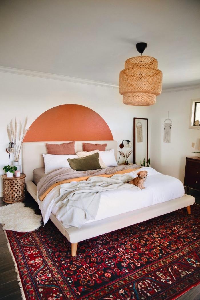 modèle de tete de lit diy en peinture terracotta dans une chambre à coucher blanche aménagée de style bohème