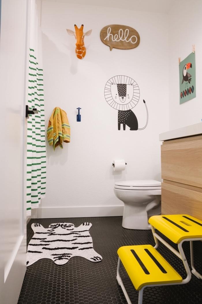 salle de bain blanche et bois avec sol en carrelage noir, décoration petite salle d'eau pour enfant à motifs animaliers