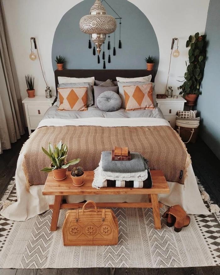 comment décorer une petite chambre de style bohème chic avec accents en marron et gris, exemple de tete de lit a faire soi meme