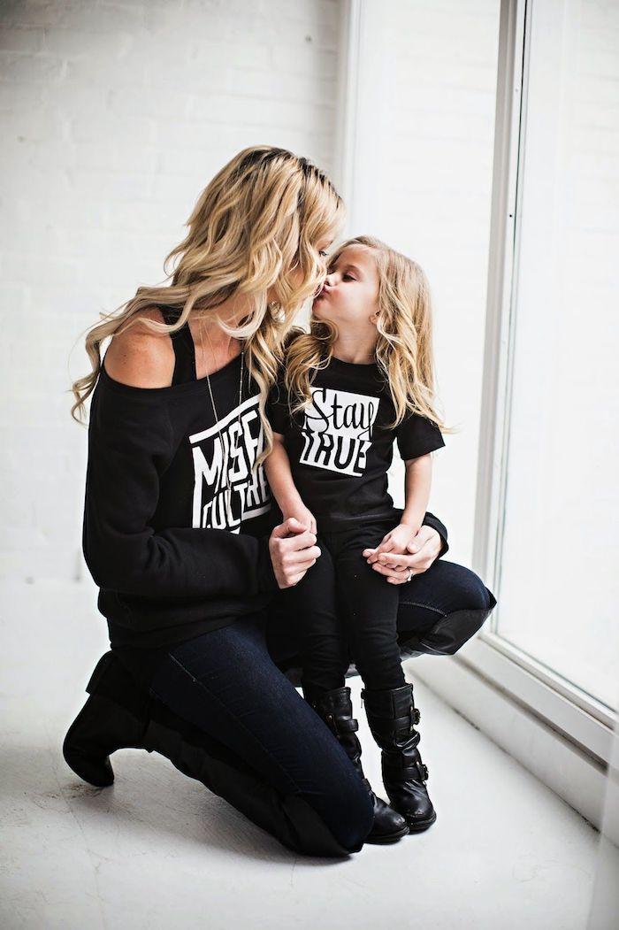 Jean noir slim pour femme, haut noir cool avec écriteau pour la fille et la mère idée de tenue, porter une robe assortie avec de l'élégance