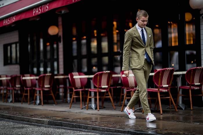 Costume vert avec basket blanche idée vetement homme classe, look homme casual style