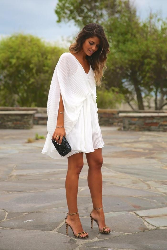 exemple de robe de soirée blanche et courte assortie avec paire de chaussures hautes à imprimés animaliers