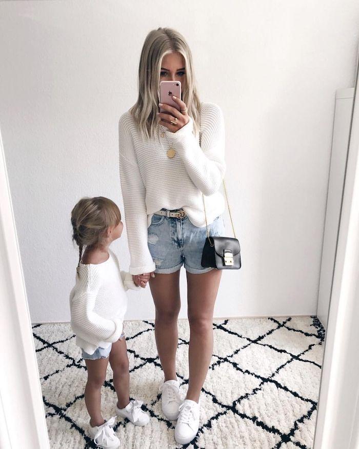 Jean short et pull blanc tenue avec basket blanc, inspiration tenue mère-fille, vêtements assortis mère fille