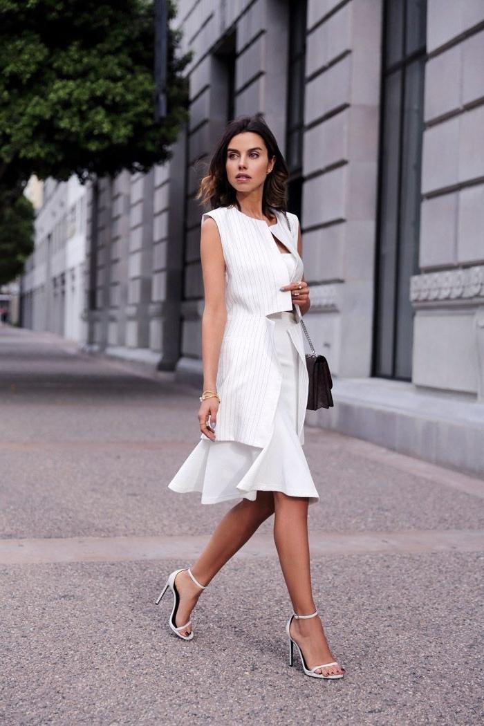 modèles de robes de soirée chic et classe de couleur blanche, style vestimentaire femme classe en robe blanche
