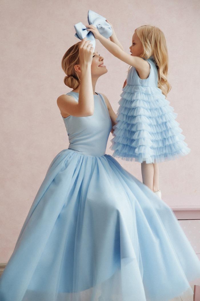 Bleu claire robe mere fille assortie, inspiration tenue mere fille anniversaire, enfant qui donne sa noeud papillon à sa mère