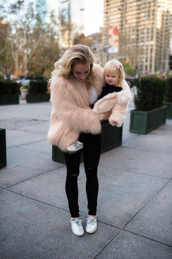 Veste rose fausse fourrure et jean noir, idée tenue mère fille, photos parfaitement harmonieuses