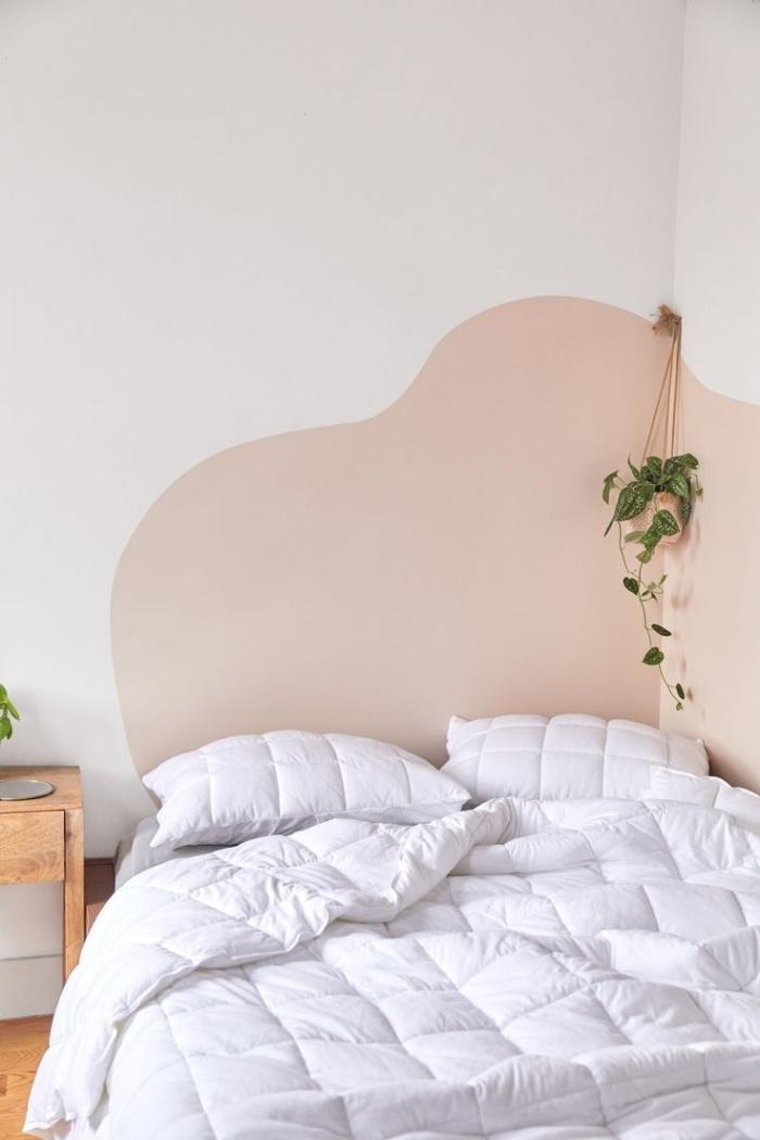 modèle de tete de lit maison avec peinture murale beige, design intérieur minimaliste dans une petite chambre