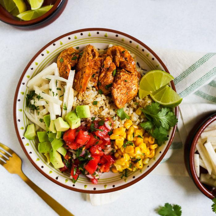 salade quinoa, tranches de viande, mais, avocat, poivrons rouges et pomme, repas du jour simple et rapide