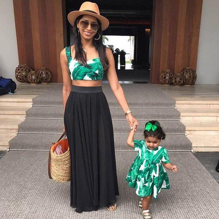 Jupe noire longue et haut court motif tropique, idée robe fille même tissu que le haut de la mère, vetement mere fille, robe maman et enfant inspiration