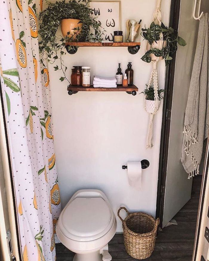 Petite salle de bain toilette cachee du douche avec rideau motif fruit, idee de salle de bain, peinture et étagères pour le mur salle de bain