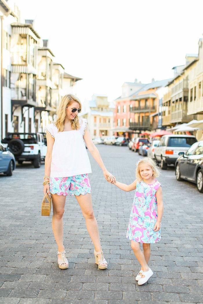 Vacances été tenue pantalon court et robe pour l'enfant du meme tissu, vetement assorti famille, mode mini moi tenue mère fille