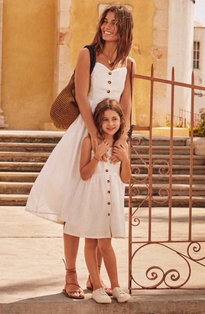 Belle femme en robe blanche courte en lin et la même robe pour enfant idée tenue classe femme, habiller ses enfants comme soi