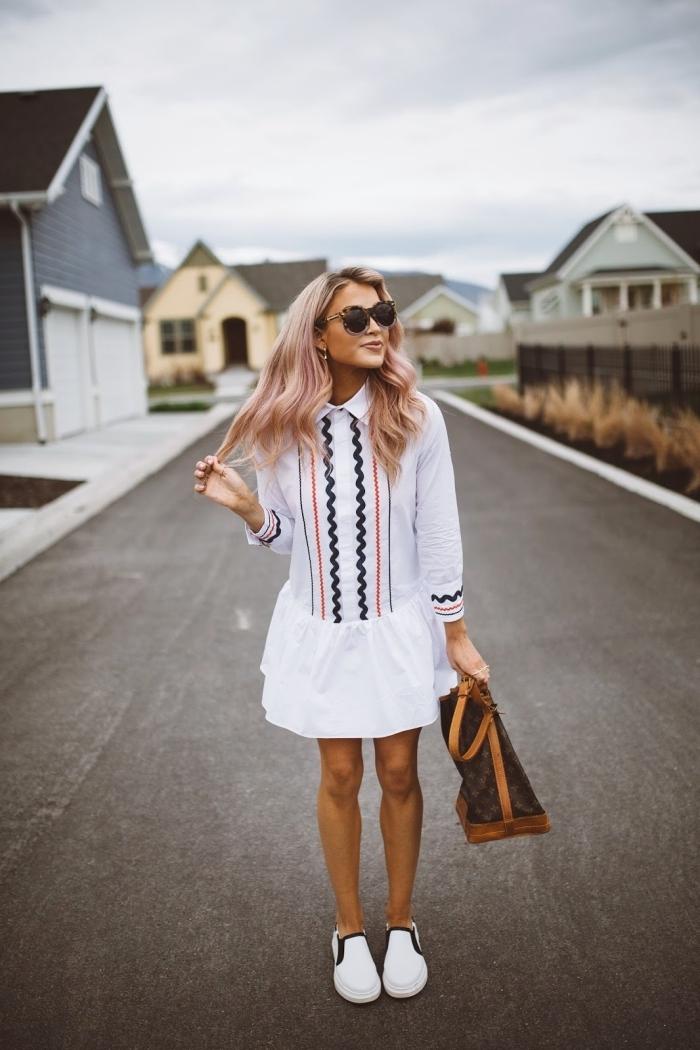 modèle de robe légère été en blanc à motifs géométriques, idée tenue femme casual chic en robe chemise et baskets