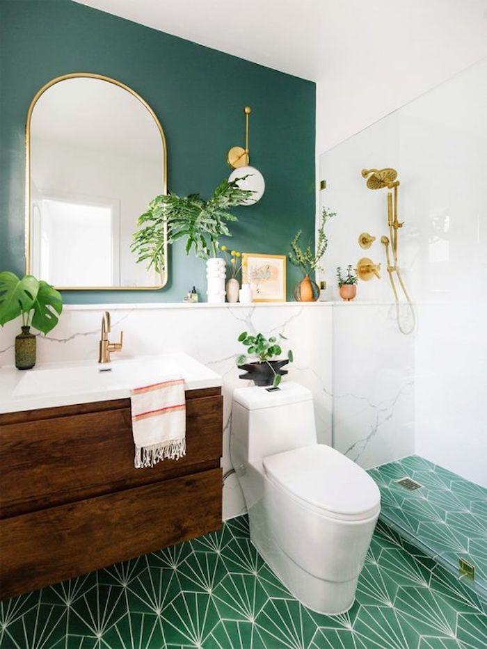 Salle de bain vert et blanc chic vintage, decoration murale miroir et plantes vertes, coin douche avec cloison vitré
