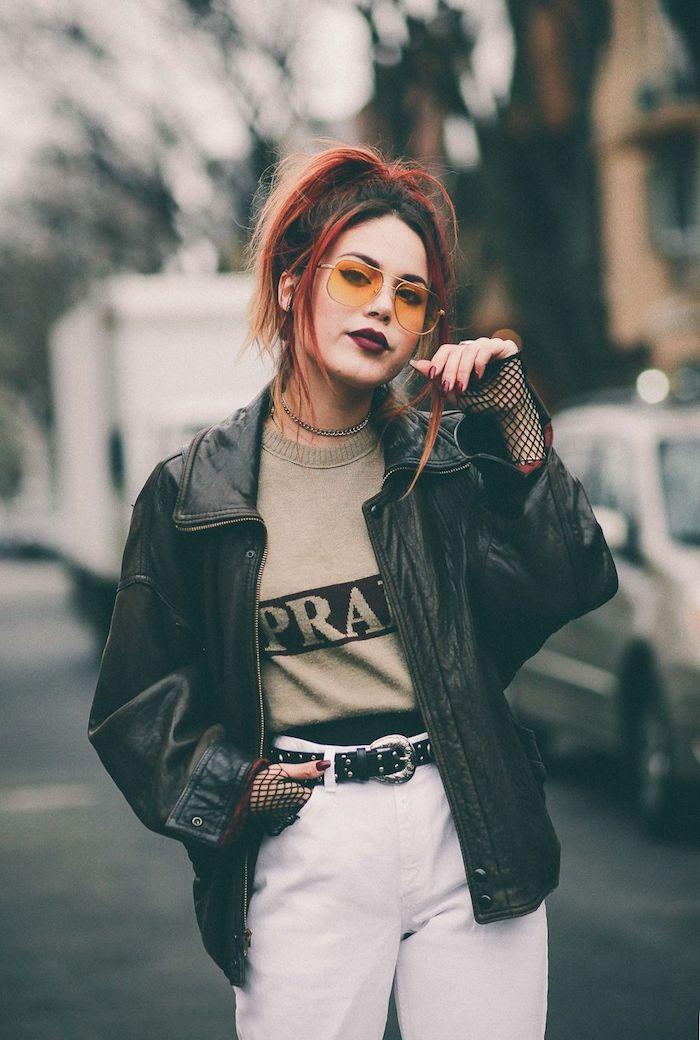 Belle femme cheveux roux, jean blanc veste cuir mode année 90, s'inspirer du style vetement vintage femme