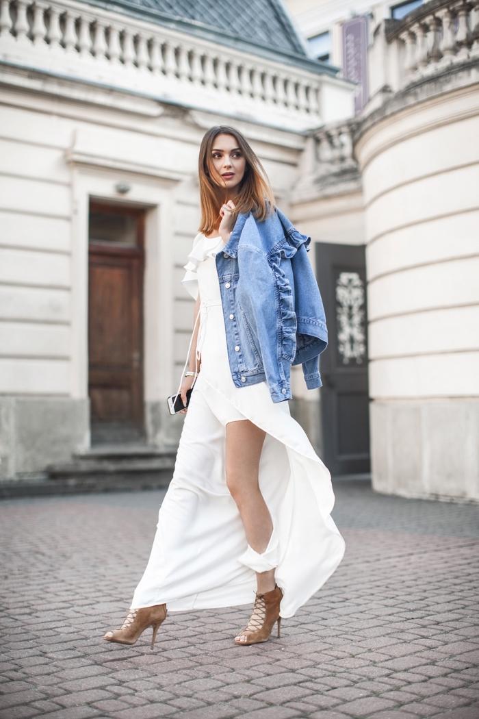 modèles de robes de soirée chic longues et fendues, idée comment porter une robe chic avec veste en denim