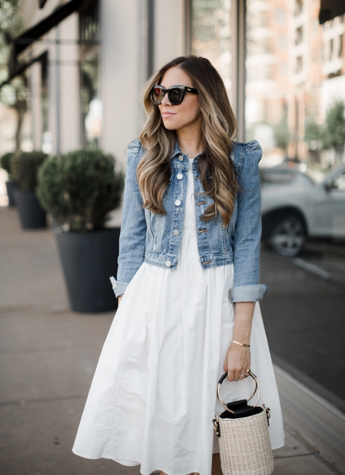 comment porter une veste en denim avec robe, idée de tenue semi casual en robe longueur genoux blanche