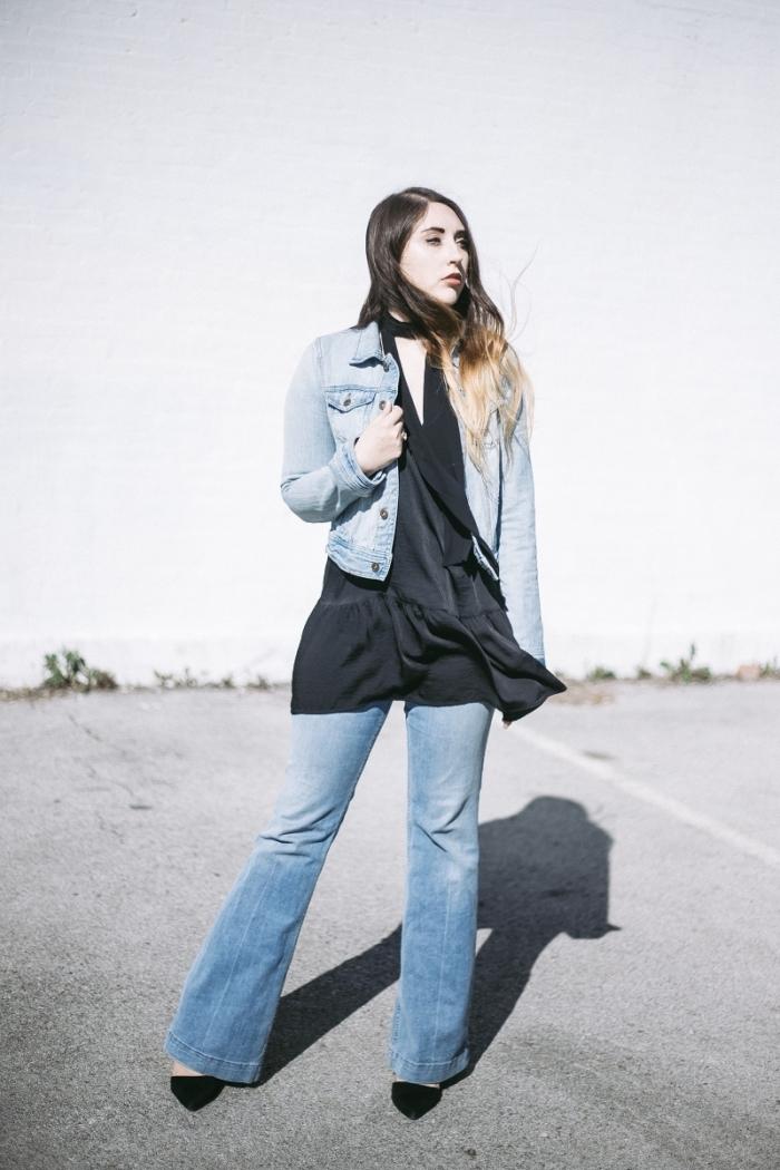comment porter une veste en denim femme de style rétro chic, look année 70 en jeans évasé et tuniques noire