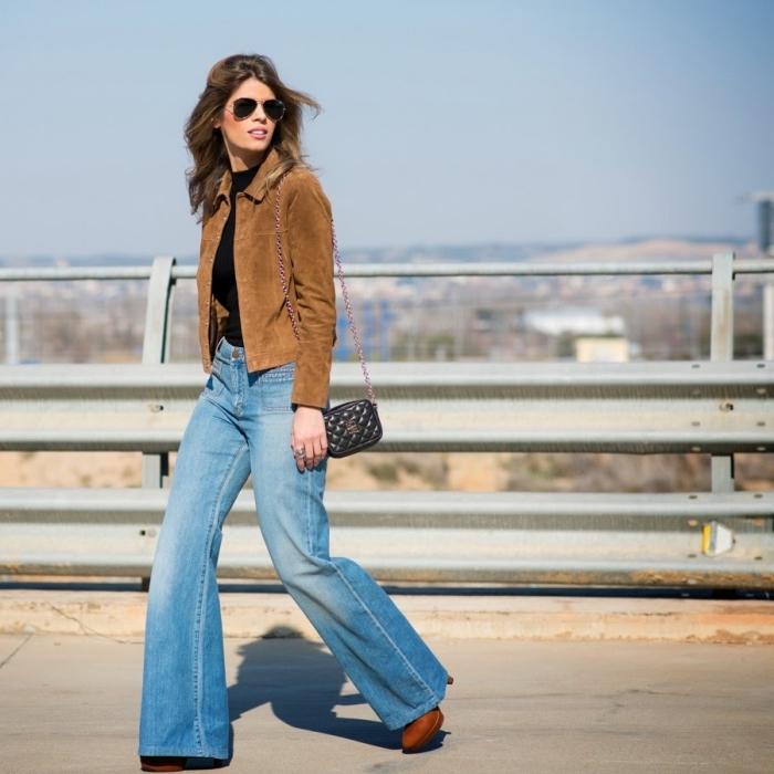 idée de tenue année 70 en jeans évasés combinés avec pull noir et veste en suède marron, accessoires femme style retro