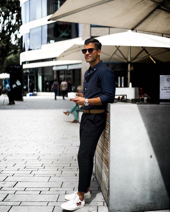 Homme chemise et pantalon noir avec basket blanche, comment s'habiller aujourd hui, tenue de soirée homme
