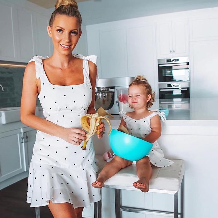 Adorable photo de mère et enfant préparant un gateau ensemble, tenue chic femme, tenue mere fille anniversaire 2 ans
