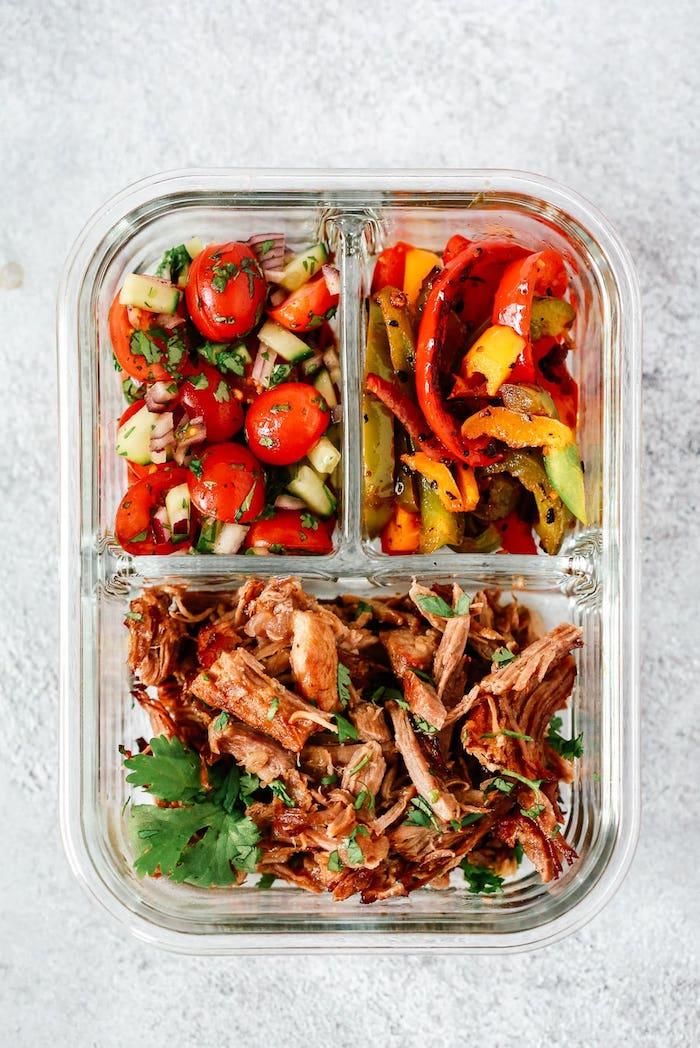 salade de concombres et tomates avec des poivrons grillées et de la viande de boeuf, que manger ce soir ou midi