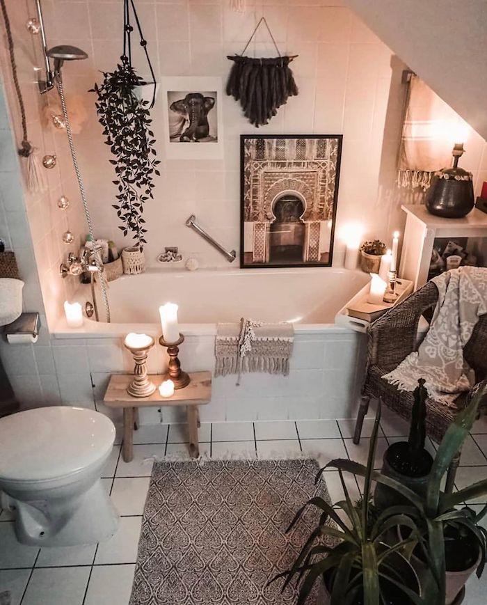 Bohème salle de salle de bain mur deco, tendance salle de bain idée decoration baignoire avec carrelage, plantes vertes