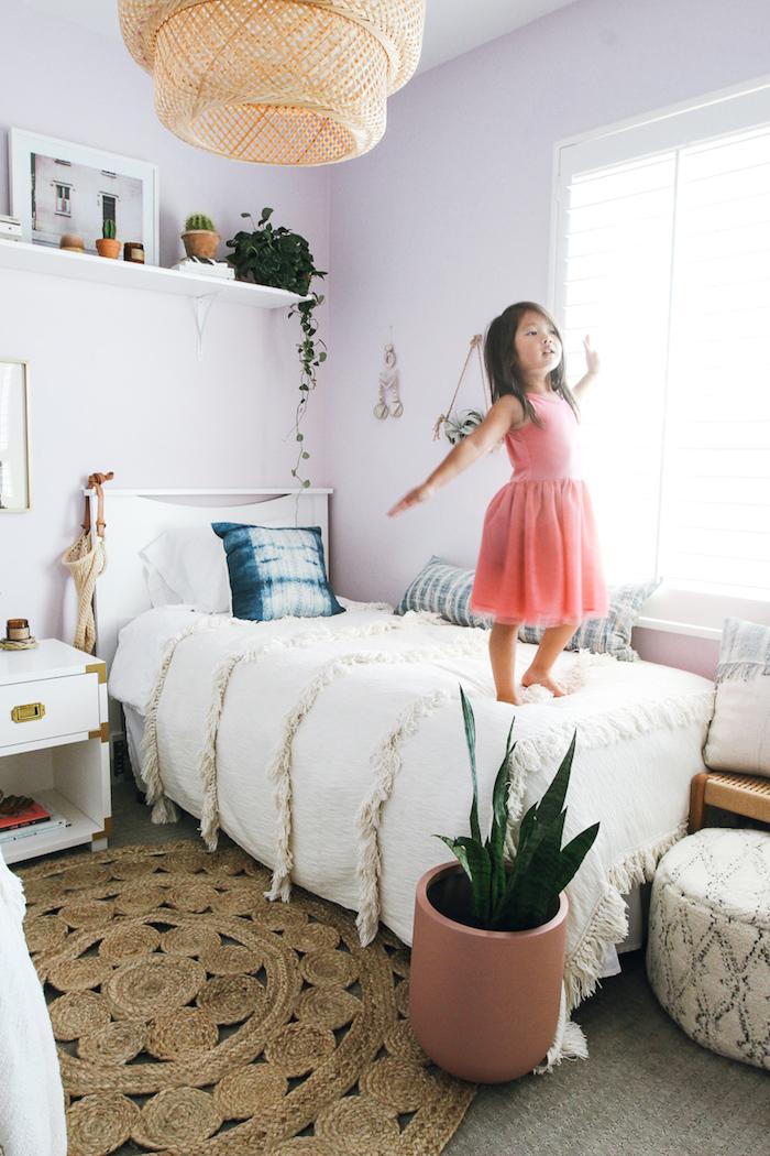 Chambre enfant murs peintes en violet lavande, plante chambre bohème chic déco, plante pour chambre à coucher