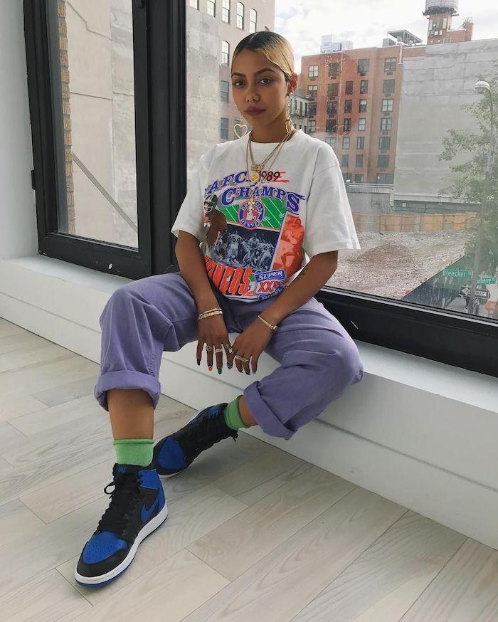 Jean violet tendance jean coloré et t-shirt à motif rétro, vetement année 90, mannequine tenue vintage femme inspiration