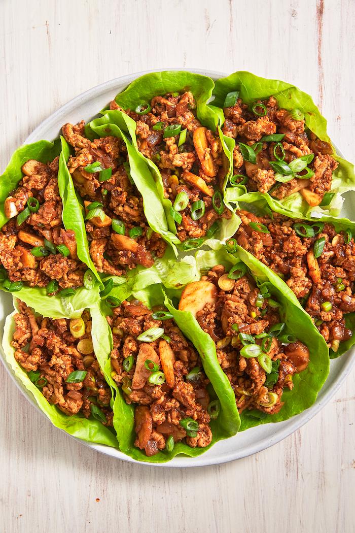 wraps de salade, feuilles de laitue avec viande hachée et légumes, planning menu de la semaine simple, tacos maison à la laitue