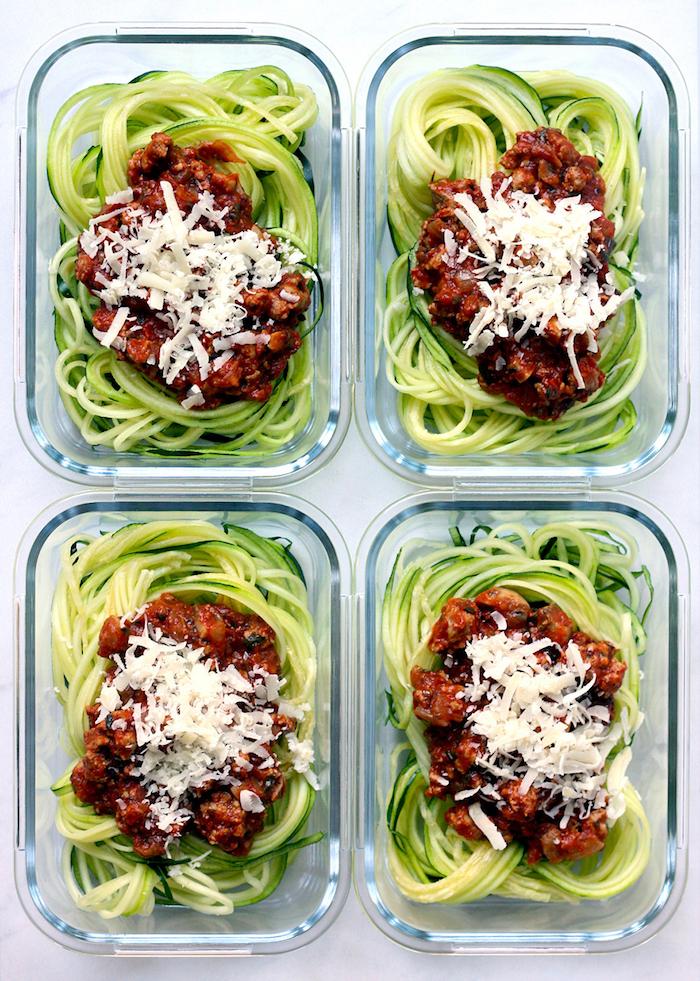 zoodles ou spaghetti de courgette avec sauce bolognaise et du parmesan râpé, menu équilibré pour la semaine