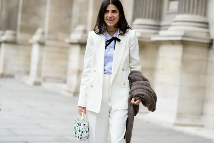 Blanc tailleur pantalon femme chic pour aller au bureau, smoking femme inspiration avec chemise bleu claire