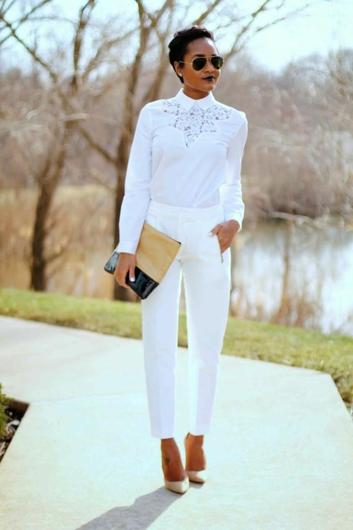 Chemise blanche dentelle et chaussures a talon, ensemble tailleur femme pour mariage, tenue tout blanc inspiration
