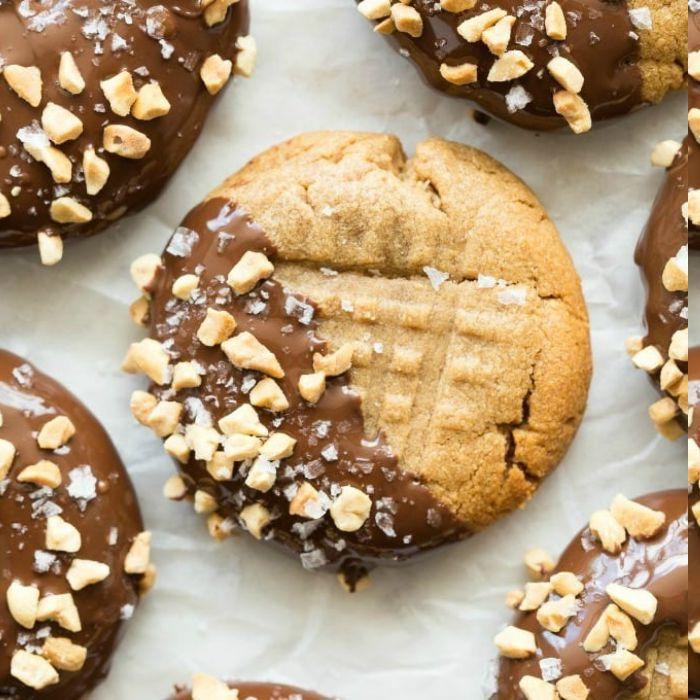 cookies 3 ingédients au beurre de cacahète avec chocolat et noix pour topping, alimentation saine