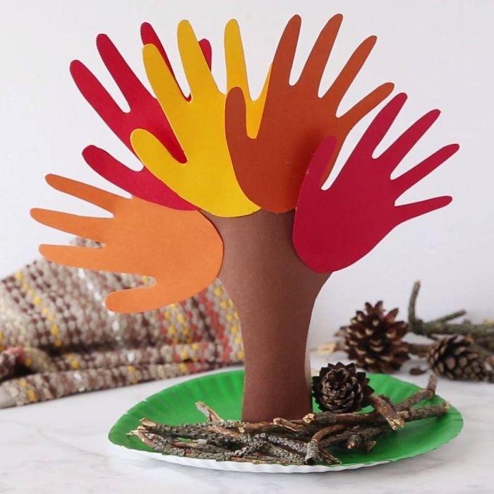 exemple pour faire une activité manuelle automne maternelle, arbre en empreintes de main bricolage avec papier coloré et pommes de pain recup