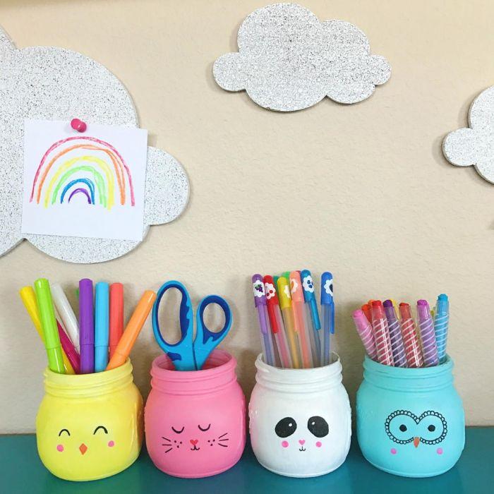 exemples de pot à crayon diy fabriqué dans un pot en verre repeint de peinture acrylique avec dessin animal au feutre