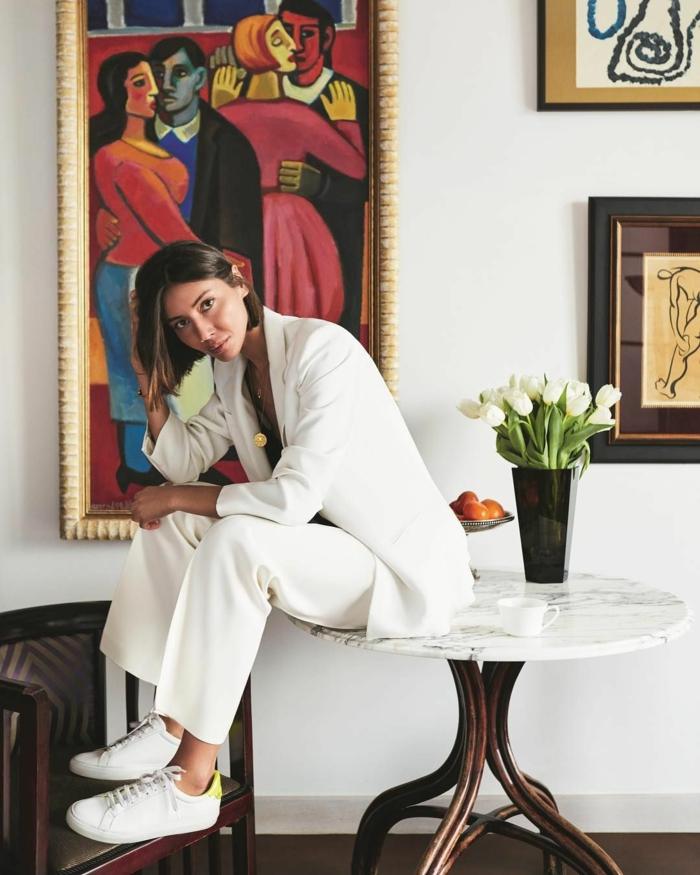 Peinture art, bouquet de fleurs blanches tulipes, tailleur blanc pour femme, tenue chic tailleur pantalon femme